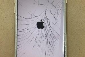 バキバキに割れたiPhone