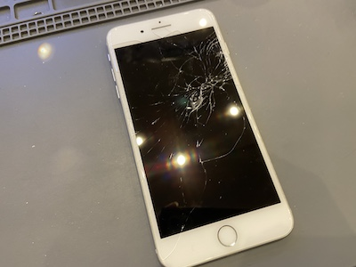 iPhone8Pの画面割れ修理!